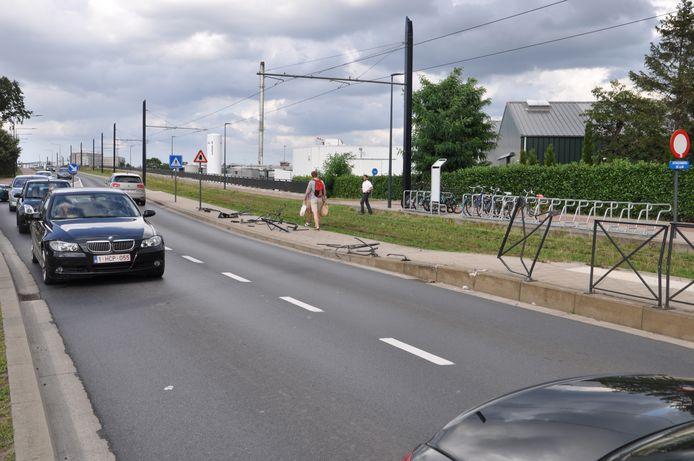 De vrachtwagen reed de afsluiting aan het perron kapot.