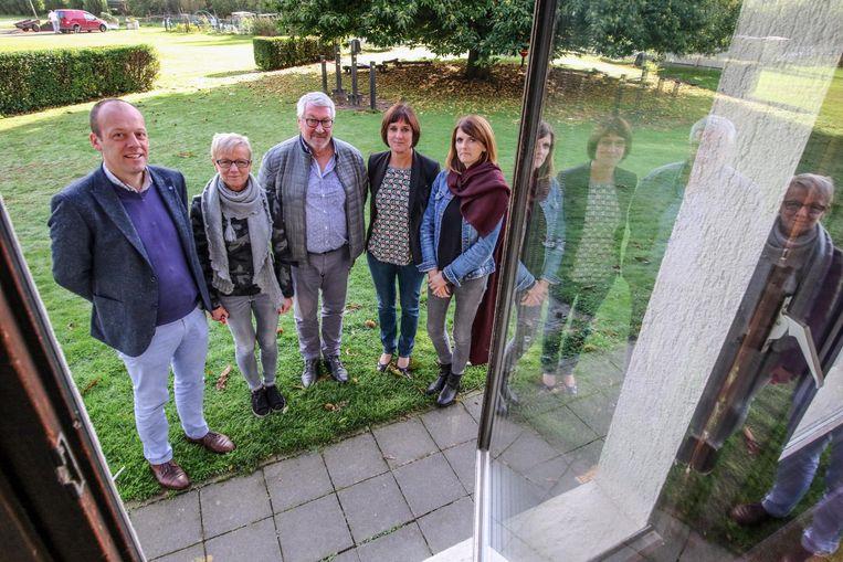 Van links naar rechts zien we directeurs Dirk Vandevelde, Mireille Cleppe, Daniël De Coninck, Ann Pepermans en Seline Libeert op het terrein waar de nieuwe scholen komen.