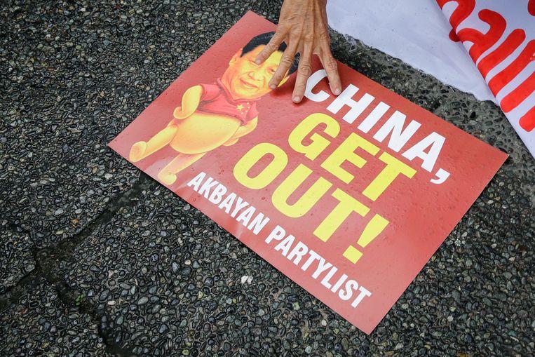 Actievoerders in de Filipijnse hoofdstad Manilla gebruiken de beeltenissen van Winnie de Poeh en Xi Jinping bij hun protest aan de Chinese ambassade. (Archieffoto 21 november 2018)