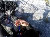 Les images impressionnantes d'un parachutiste qui atterrit d'urgence dans la montagne