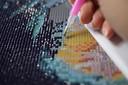 Glinsterende schilderijen maken van minuscule plastic diamantjes: dat is diamond painting.