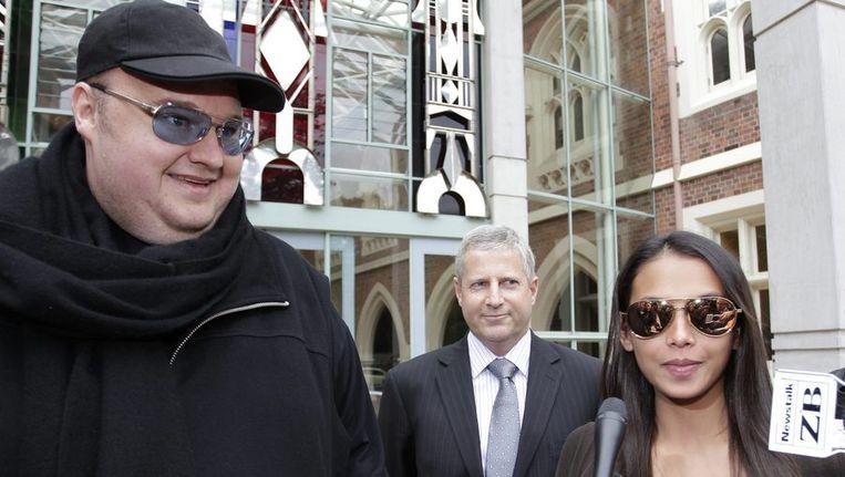 Kim Dotcom vorige maand met zijn hoogzwangere echtgenote Mona voor het gerechtshof in Auckland. Beeld reuters