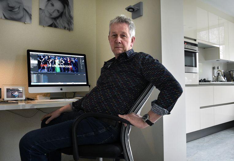 Leon Koop werkt in zijn 'studio' aan zijn nieuwste bioscoopreclame.  Beeld Marcel van den Bergh / de Volkskrant