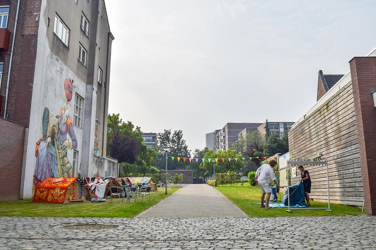 Urban sleepover in de Luciushof van het Savelbergklooster: zes kleurrijk beschilderde, kartonnen tenten, hier onder de mural van de Chinese kunstenaar Rookie. Beeld null