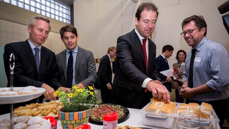 Minister Lodewijk Asscher bezoekt de Refugee Company in de oude Bijlmerbajes Beeld Rink Hof