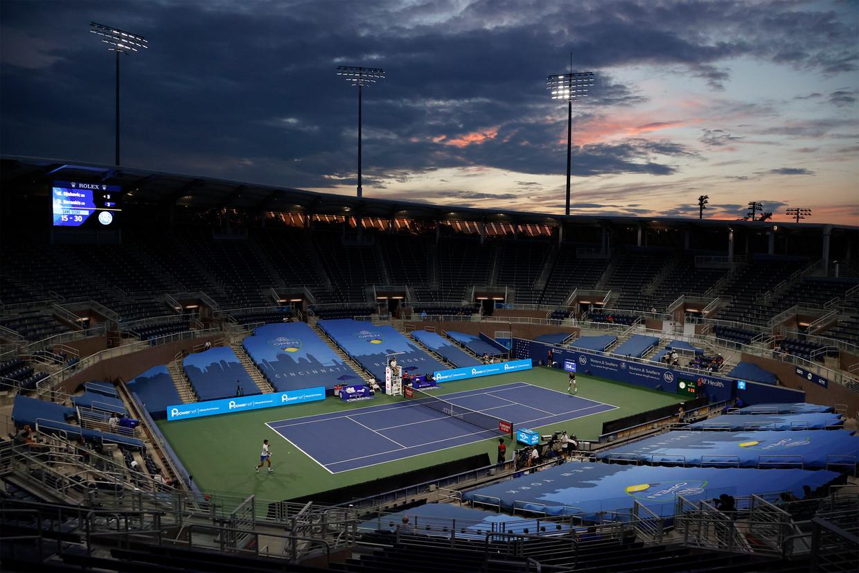 Novak Djokovic (l) en Ricardas Berankis (7-6, 6-4) werken hun partij af in een spookachtig decor. Beeld Jason Szenes / EPA