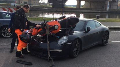 Motorfiets belandt boven op Porsche na botsing