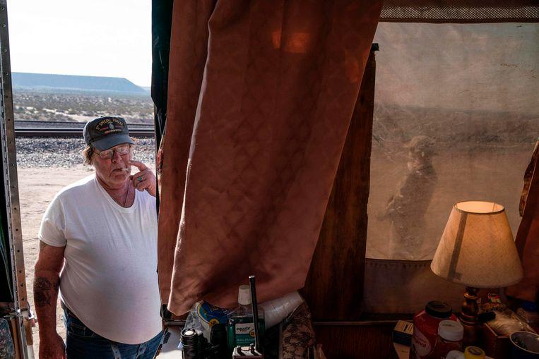 Larry Mitchell Hopkins, alias 'Striker' in een camper van zijn anti-migrantenmilitie ergens aan de grens met Mexico.