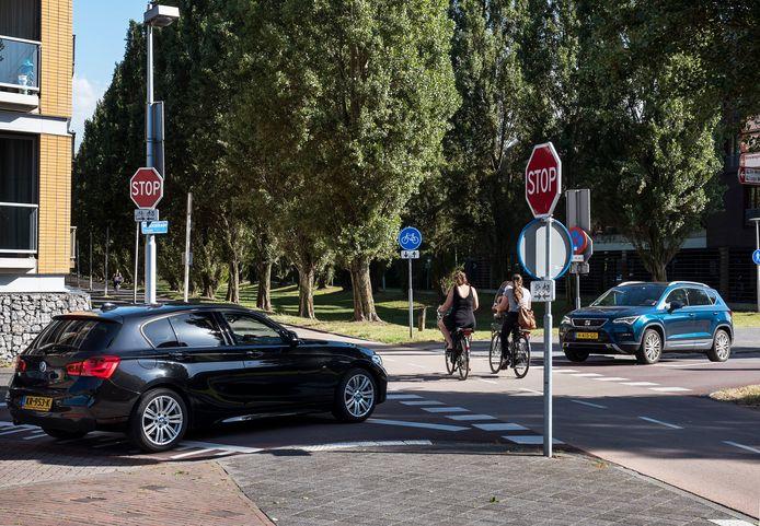 De gevaarlijke kruising Musicalkade-Rijnkennemerlaan in Utrecht waar veel ongevallen plaatsvinden tussen auto's en tweewielers.