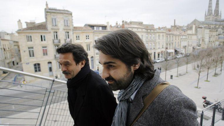 Franse journalisten van de nieuwssite Mediapart Edwy Plenel (L) en Fabrice Arfi (R) arriveren bij rechtbank van Bordeaux. Beeld afp