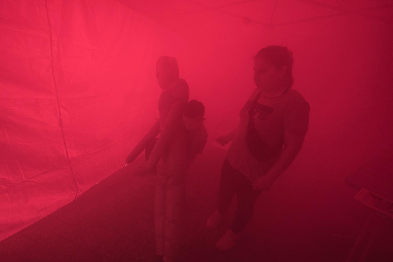 Kinderen redden een slachtoffer in een met rook gevulde ruimte tijdens de open dag van de Groesbeekse brandweer.