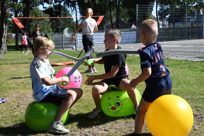 Een zwaardgevecht tussen jonge ridders op een skippybal.