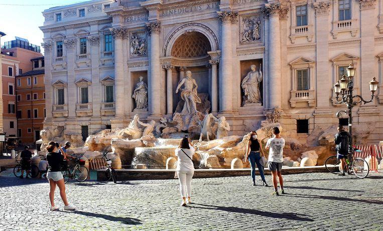 Bij de Trevi-fontein in Rome is het normaal hartstikke druk en verdringen de mensen elkaar, maar in coronatijd is dat heel anders.