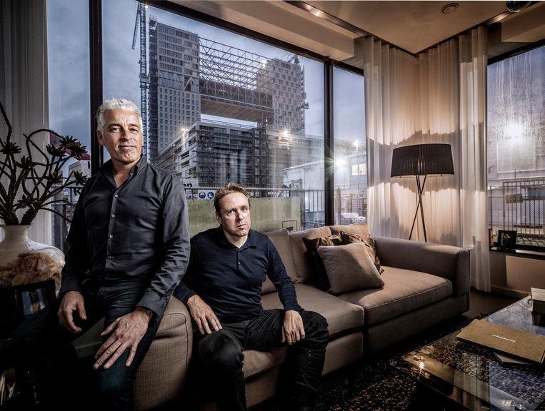 Arnoud Gelauff (l) en Floor Arons in een modelwoning van gebouw Pontsteiger: 'We zijn het nooit zat geweest.' Beeld Martin Dijkstra
