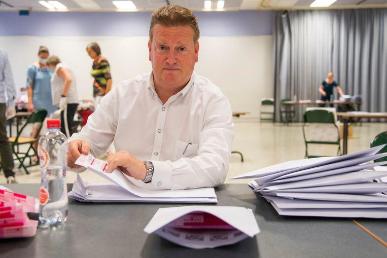 Ook Waasmunsters burgemeester Jurgen Bauwens (CD&V) stak de handen uit de mouwen.