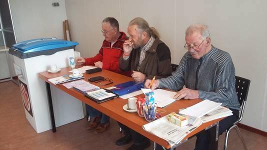 2017: Teun Doornenbal (links), Arno Sent en Ben Goris bemannen het stembureau in Spijk.