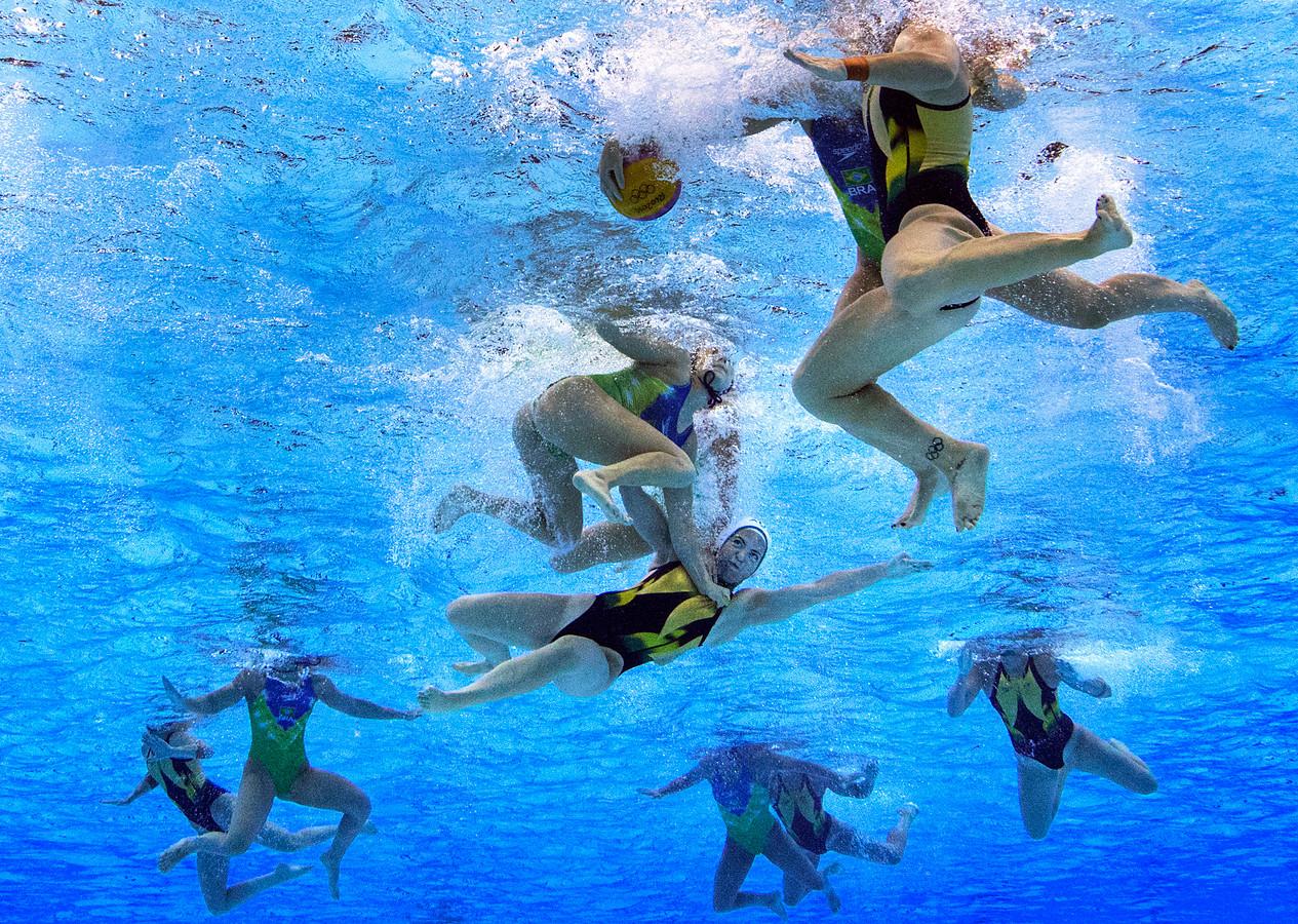 Waterpolo is geen sport voor watjes: onder water is het duwen, slaan en trekken zoals blijkt uit deze foto bij het olympische duel Australië - Brazilië.