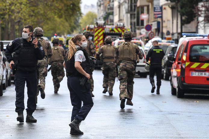 Politie en soldaten op de plaats van de mesaanval in Parijs, vlakbij het oude kantoor van Charlie Hebdo.