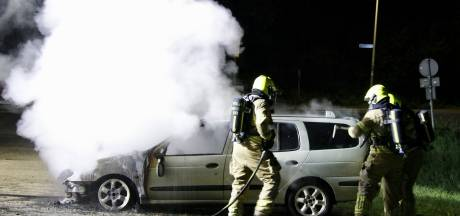 Auto gaat in vlammen op in Milsbeek, politie sluit brandstichting niet uit