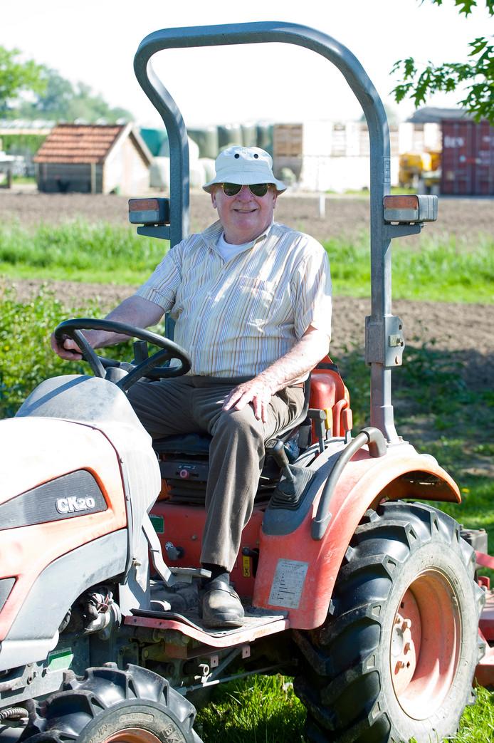 Aart Sapper aan het werk in Opijnen op het land van zijn dochter.