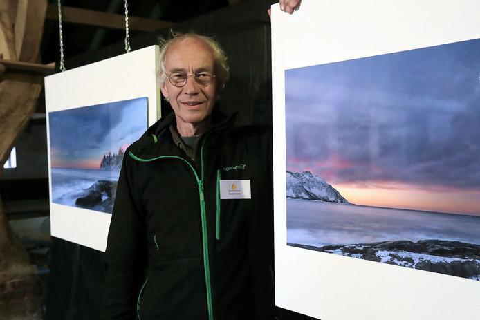 Kunstroute-deelnemer Ton Trel tussen enkele van zijn foto's.