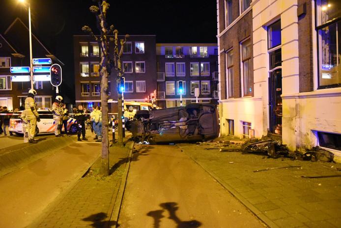 Bij een ongeval op de Catharijnesingel in Utrecht is vanavond een auto over de kop geslagen.