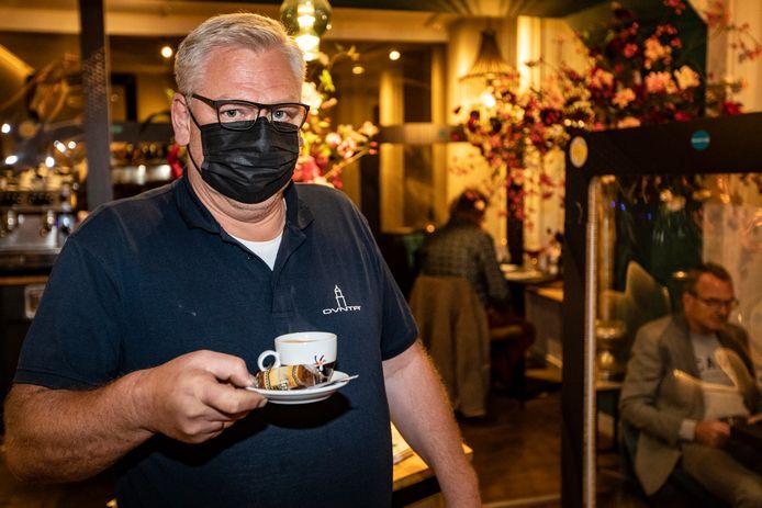 Jan Kuiper serveert een kop koffie in het Deventer restaurant Goesting, vlak na de persconferentie met aangescherpte coronamaatregelen. Vandaag kan het nog. Na morgenavond niet meer.