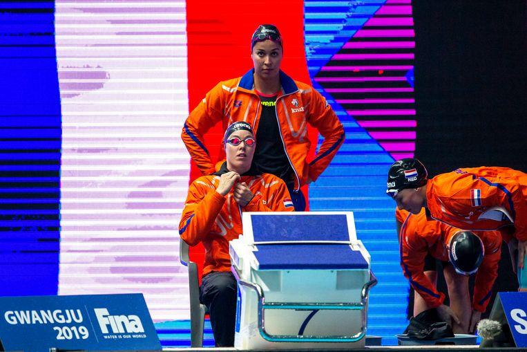 Femke Heemskerk (links), Ranomi Kromwidjojo (achter), Kim Busch en Kira Toussaint bereiden zich voor op hun race op het WK in Gwangju.  Beeld EPA