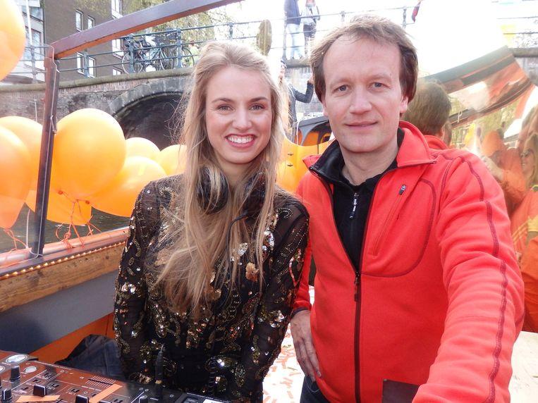 Frank Houben (KLM) bedacht de Orange Experience. 'Koningsdag is het mooiste visitekaartje van Nederland.' Naast hem dj Mia More. Beeld Schuim