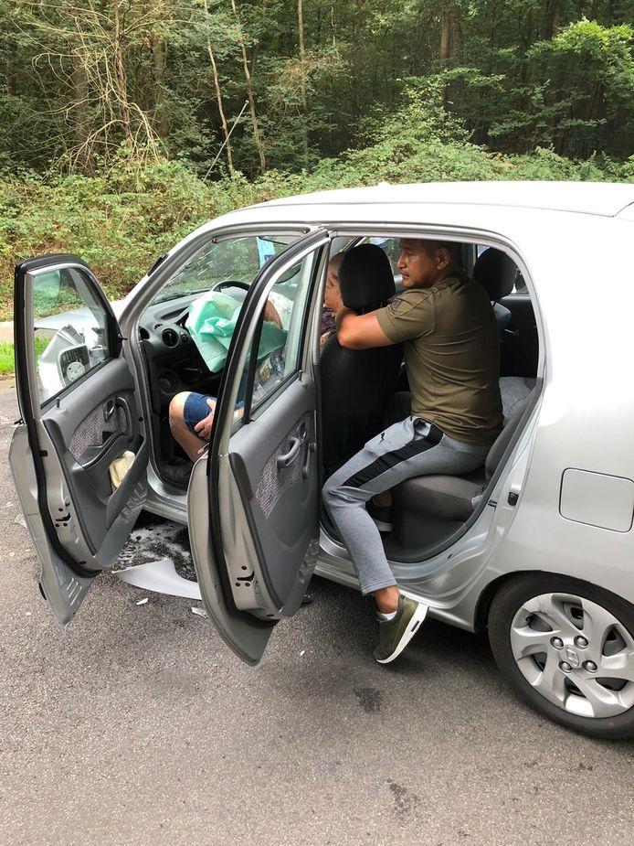 Nique Rering verleent eerste hulp bij de bestuurder.