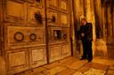 Adeeb Joudeh een Moslim die claimt dat zijn familie al jaren lang sleutelbewaarder is van de Heilige Grafkerk in Jeruzalem wacht tot een priester de deur opent van de kerk. Foto: Ronen Zvulun