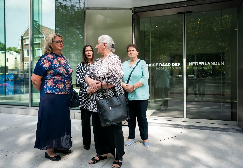 De Moeders van Srebrenica na afloop van de uitspraak van de Hoge Raad in de cassatieprocedure van de zaak van de Moeders van Srebrenica tegen de Nederlandse Staat. Beeld Freek van den Bergh / De Volkskrant