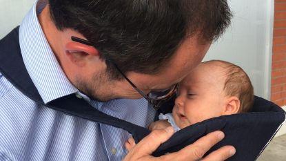 Schattig: Van Quickenborne brengt zoontje Scott (2 maanden) mee naar stemhokje