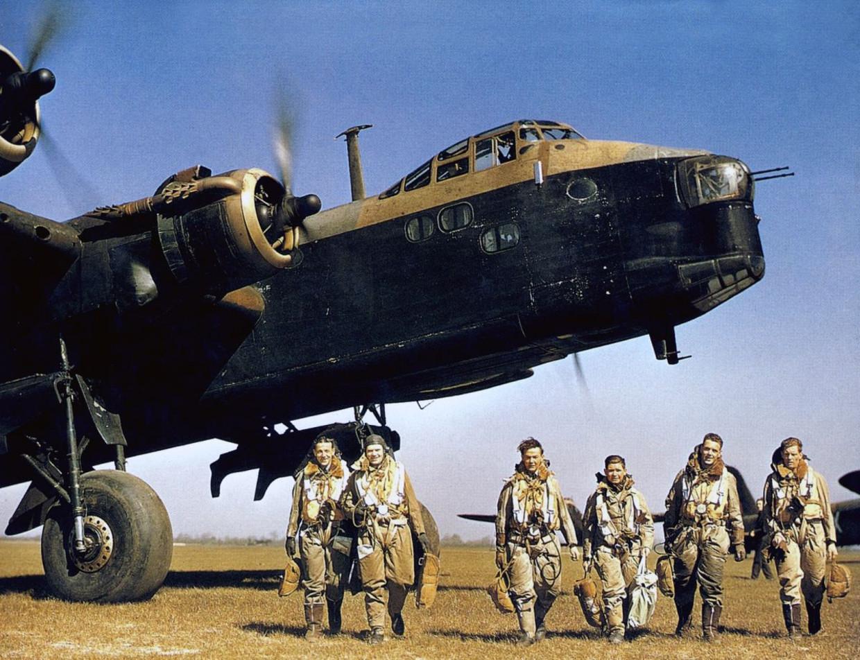 Een Short Stirling bommenwerper met bemanning in 1942. Een zelfde vliegtuig crashte in een weiland bij Echt-Susteren.