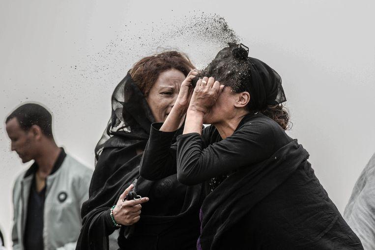 Een van de zes genomineerde foto's voor Foto van het Jaar. Een vrouw gooit modder in haar gezicht, na de crash van Boeing 737 Max in Ethiopië, maart 2019, waarin haar man zat. Beeld Mulugeta Ayene