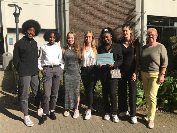 Angela Musuamba Ntembua (5 LAMT), Gracine Muanza (5 LAWE), Amber Michiels, Penina Pots, Zariya Rahmah (allen uit 5 LAWI) en Hanne Minner (6 LAWI) zagen hun poëtische creatie bekroond als één van de vier laureaten in heel Vlaanderen.