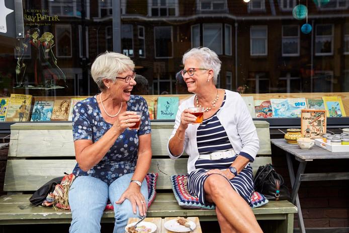 Katy Ecury (rechts) drinkt thee met Gerry-Ann Schoester nadat ze elkaar hebben leren kennen via de app.