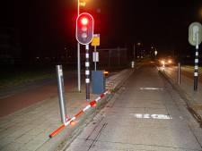 Zwarte personenbus volgt in Zwolle route voor fietsers en stadsbus, maar rijdt achteruit het water in