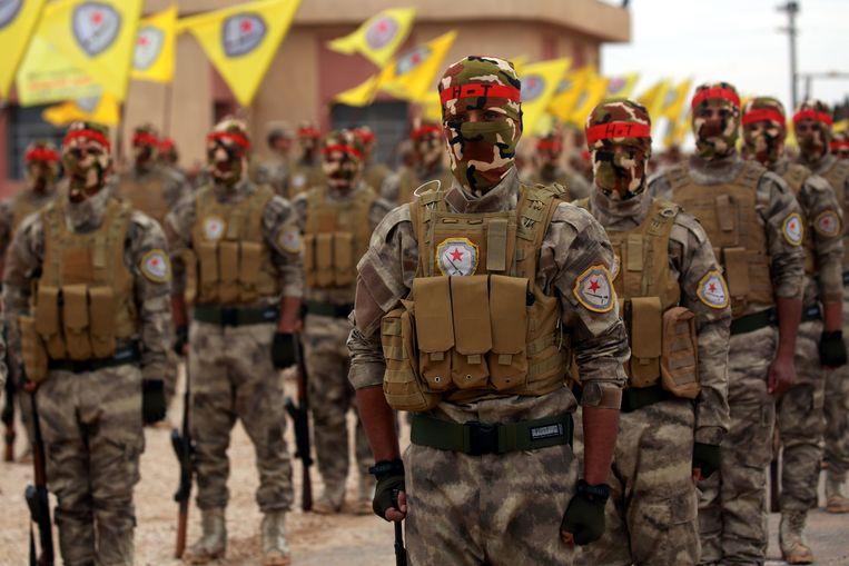 Arabische en Koerdische strijders tijdens een ceremonie in de regio Qamishli. Zij merken op het terrein dat IS aan een comeback bezig is.