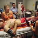 Le Dr Myhre en train de travailler en bikini pour sauver un patient.