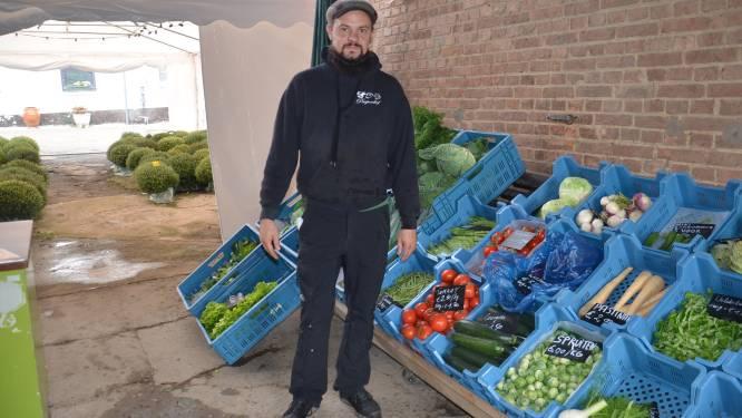 Tuinaanlegger Sammy verkoopt zelfgekweekte groenten in Paepenshof