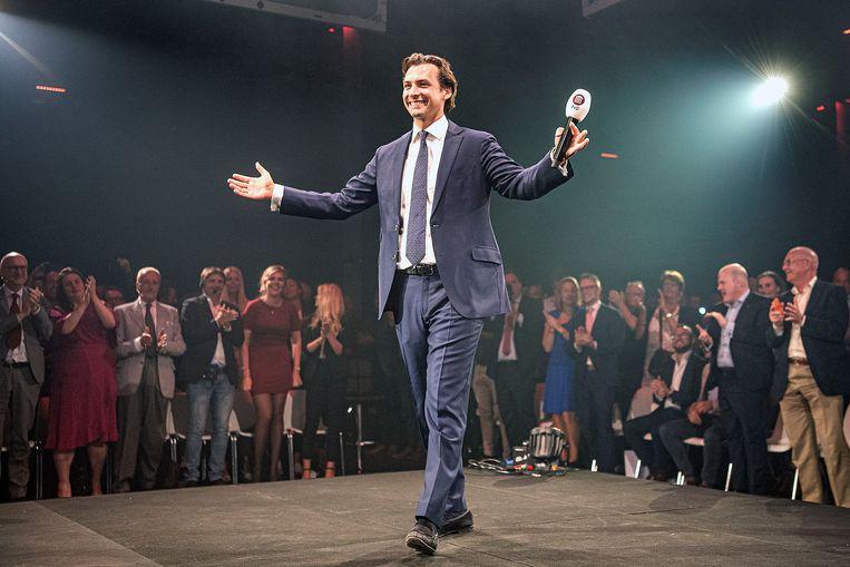 Thierry Baudet, leider van Forum voor Democratie betreedt het podium tijdens een partijbijeenkomst in Zaandam. Beeld Guus Dubbelman / de Volkskrant