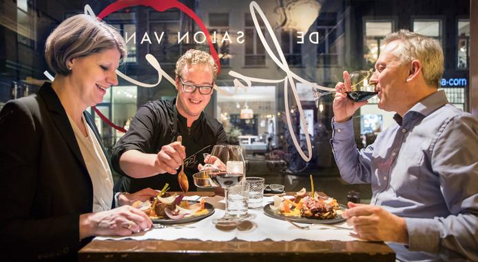 Chef-kok Kyan van Bommel (midden) schuift even aan bij zijn gasten Simone en Paul.