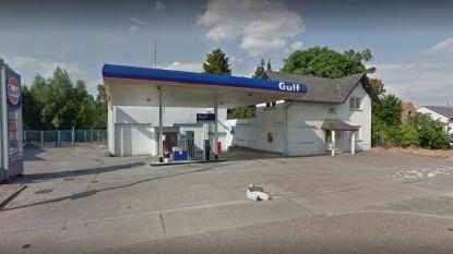 Dieven trekken betaalautomaat aan tankstation los en rijden ermee weg