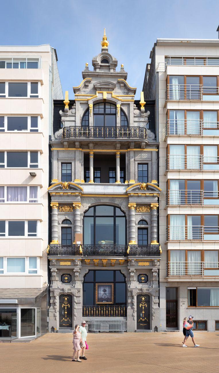 Gerenoveerde woning tussen nieuwe flats in Oostende.  Beeld null
