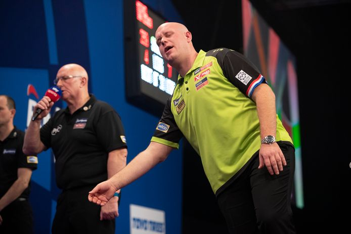 Michael van Gerwen baalt in de halve finale van de Grand Slam of Darts in Wolverhampton.