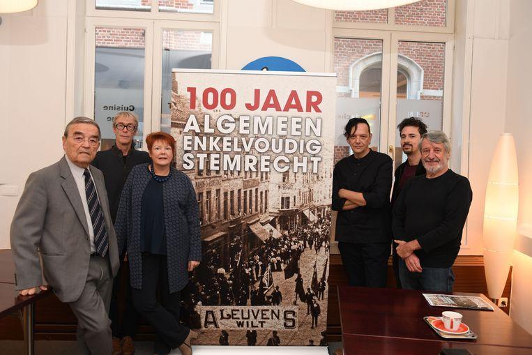 De socialistische beweging gaat de invoering van het algemeen stemrecht voor mannen uitgebreid herdenken. In Leuven vielen er tijdens de bloednacht zelfs doden in de strijd.