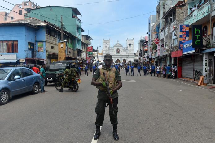 Militairen houden de wacht na de aanslagen in Sri Lanka