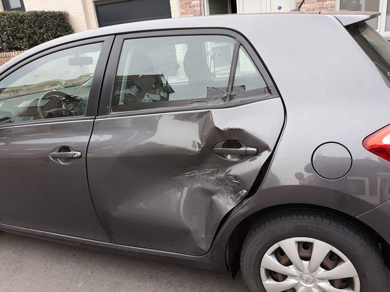 De deur van de auto is ingedeukt door een aanrijding met vluchtmisdrijf.