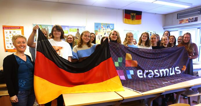 Leerlingen 5 vwo van het Reynaertcollege volgen een project rond de Berlijnse muur. Links lerares Goedele Laenens.